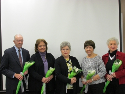 5 people with white flowers